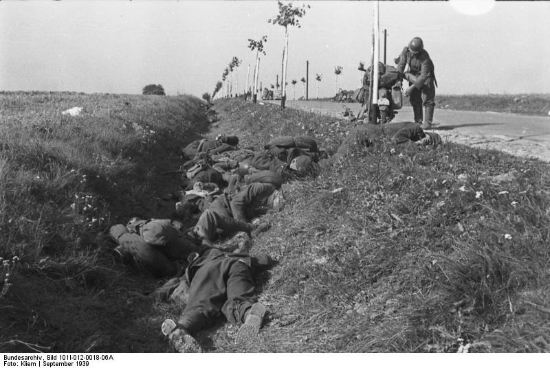 1939_09_Lengyelorszag_015_Bundesarchiv_Bild_101I-012-0018-06A,_Polen,_Gefallene_polnische_Soldaten.jpg