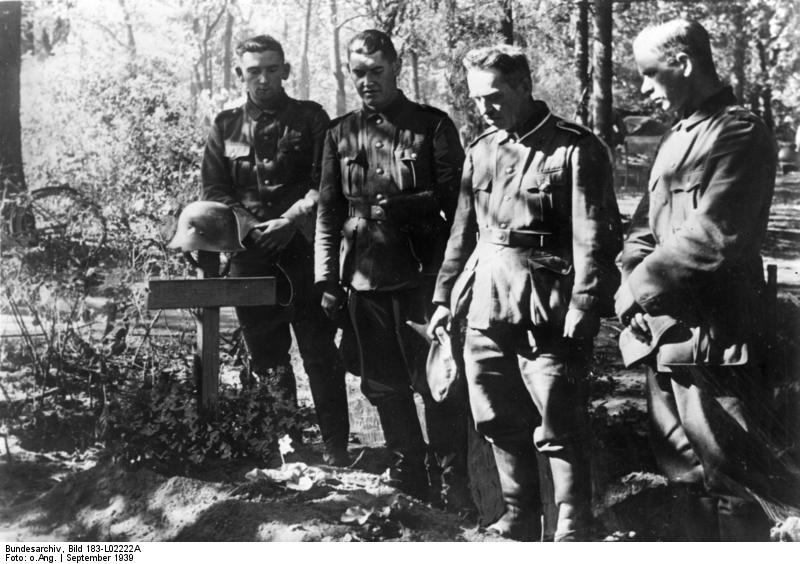 1939_09_Lengyelorszag_018_Bundesarchiv_Bild_183-L02222A,_Polen,_Soldaten_am_Grab_eines_Kameraden.jpg
