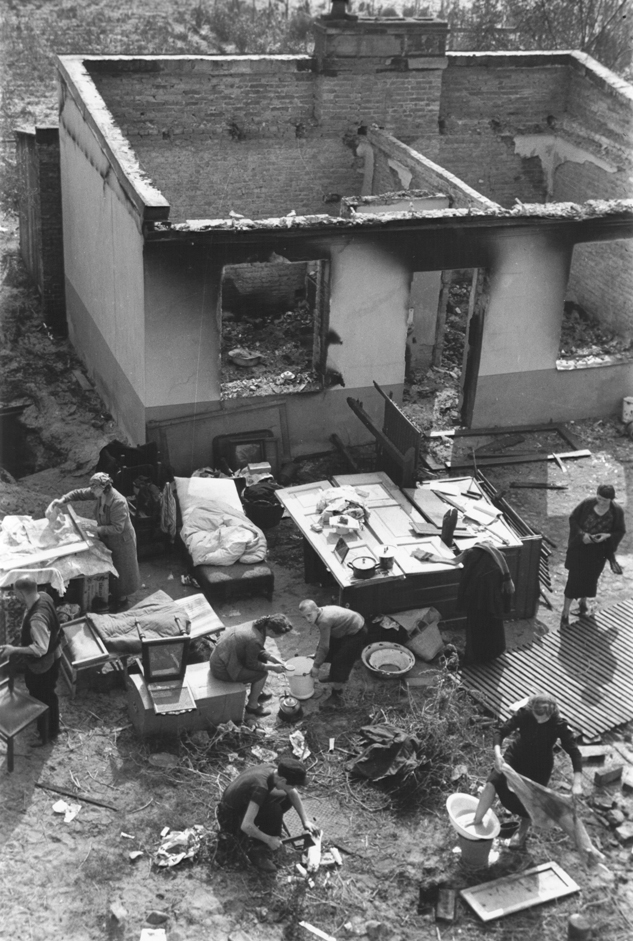 Lengyel család a leéget házukból kimentett ingóságokkal a kertben