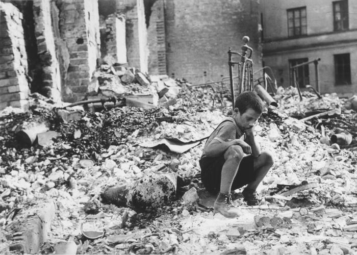 A 9 éves Ryszard Pajewski a romok között