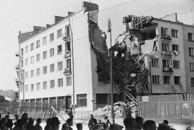 Szétbombázott épület Varsóban