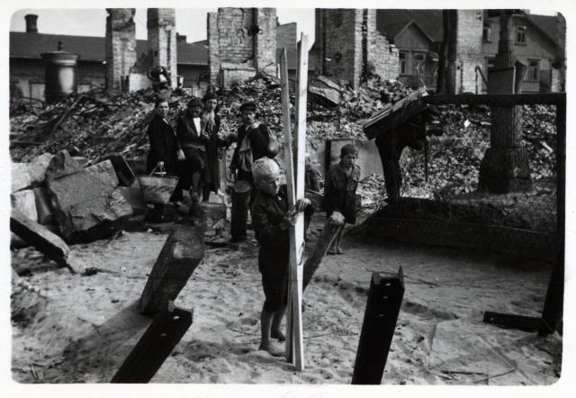 Kisfiú tűzifát gyűjt a tankakadályok között