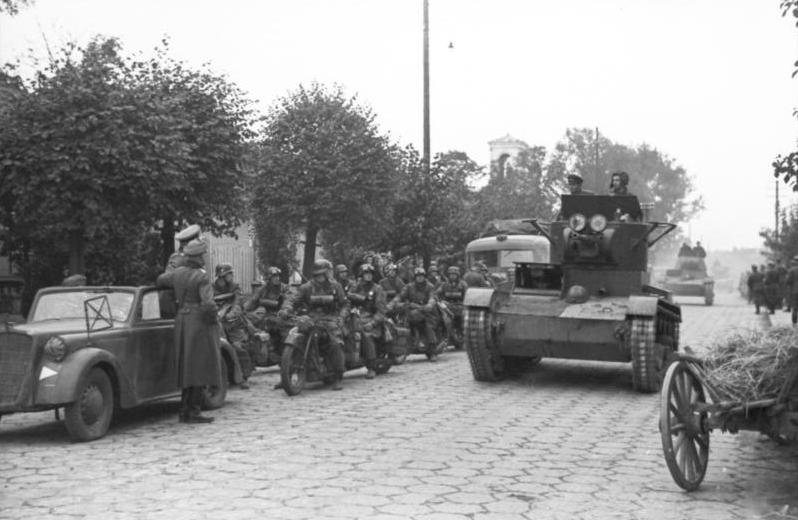 Bundesarchiv_Bild_101I-121-0012-30,_Polen,_deutsch-sowjetische_Siegesparade,_Panzer.jpg