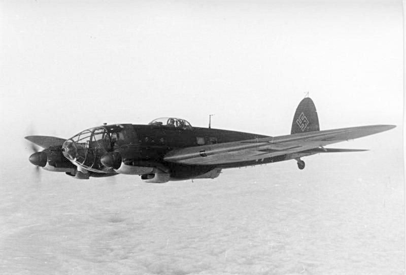 Bundesarchiv_Bild_101I-647-5211-33,_Flugzeug_Heinkel_He_111.jpg