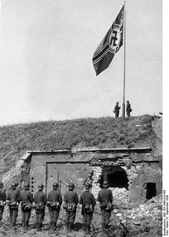 Bundesarchiv_Bild_183-1989-516-505,_Westerplatte,_hissen_der_Reichskriegsflagge.jpg