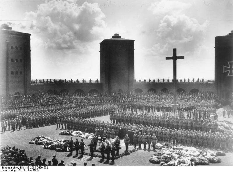 Bundesarchiv_Bild_183-2006-0429-502,_Tannenberg-Denkmal,_Beisetzung_Hindenburg.jpg