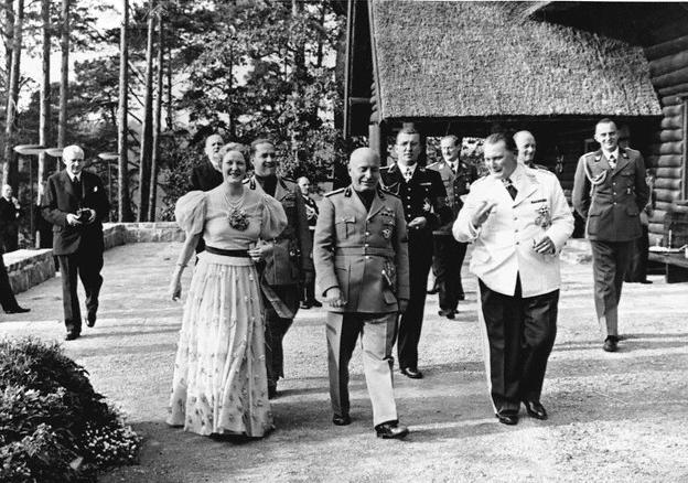 Mussolini 1937-ben Carinhallban, balra Emmy, Göring második felesége