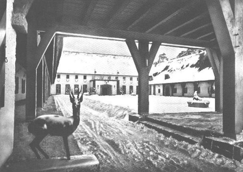 Carinhall jobb szárnyának udvara és bejárata