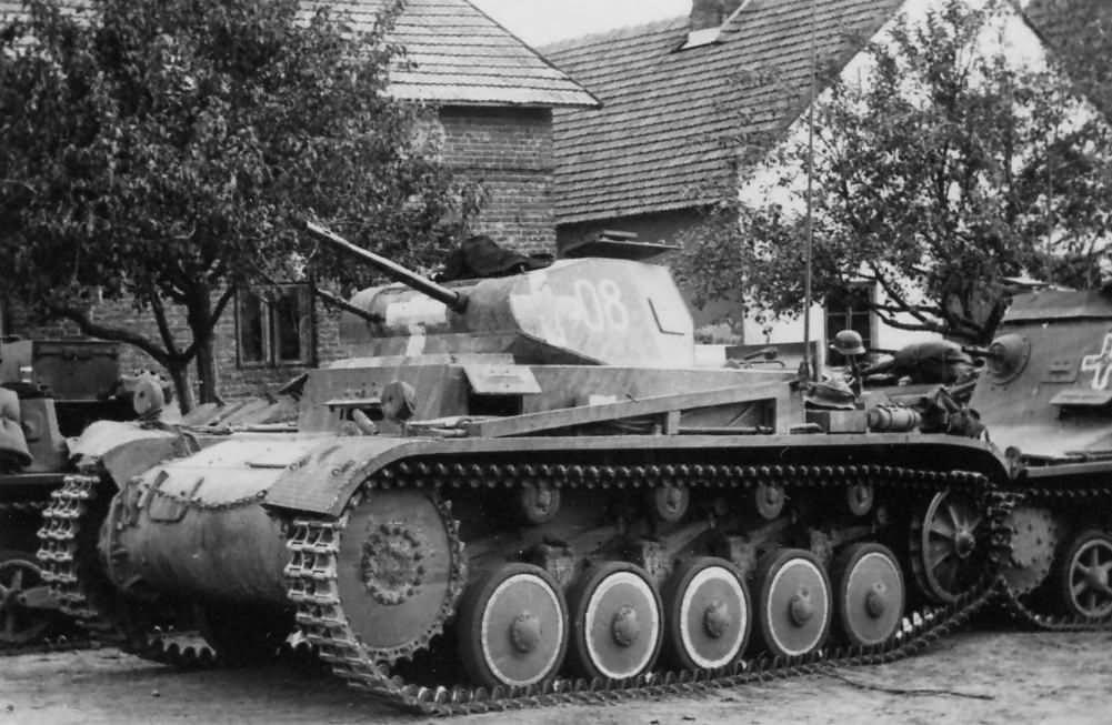 Panzerkampfwagen II Ausf. C, mögötte egy Sd.Kfz. 265 parancsnoki harcjármű