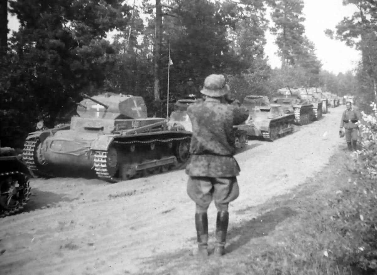 Panzerkampfwagen I és II könnyű harckocsik oszlopa