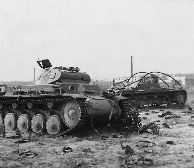 Kilőtt Panzerkampfwagen II Ausf. C és a háttérben egy érdekes keretantennás Panzerkampfwagen I Ausf. A