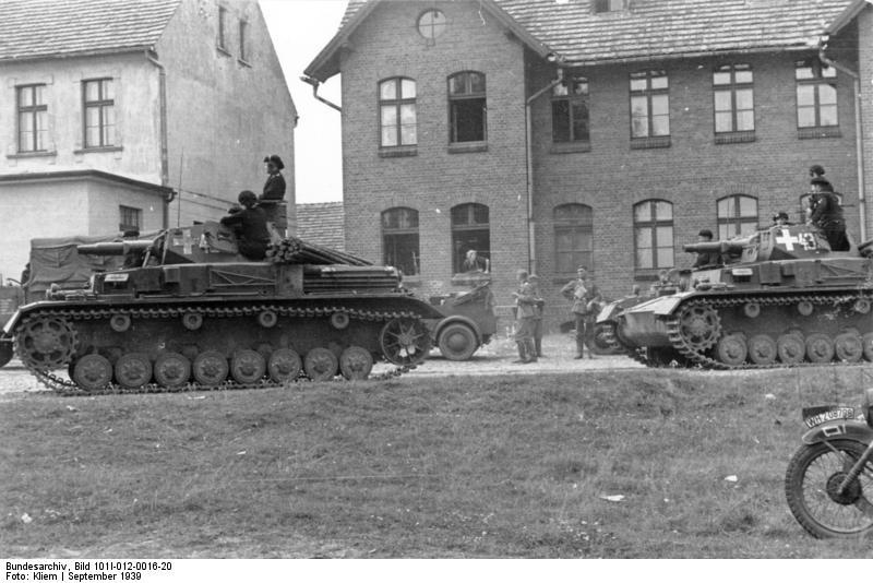 Két Panzerkampfwagen IV Ausf. A egy lengyel településen