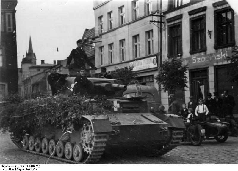 Faágakkal álcázott Panzerkampfwagen IV Ausf. C egy lengyel városban