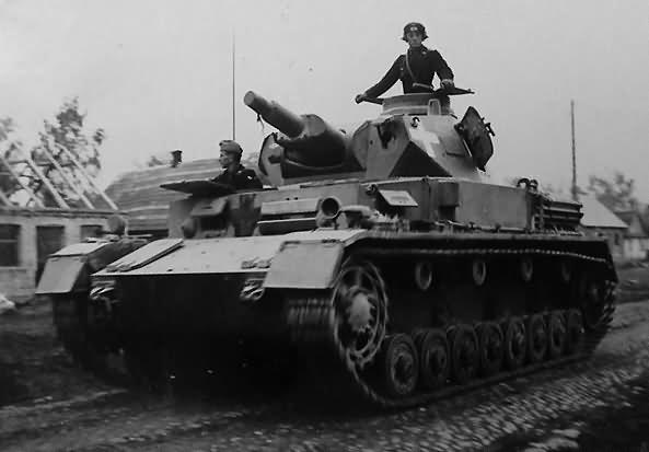 Panzerkampfwagen IV Ausf. C Lengyelországban. A frontpáncélon a fehér Balkankreuz sárral van bekenve, mert egyébként kiváló célpontot jelentett az ellenség irányzóinak.