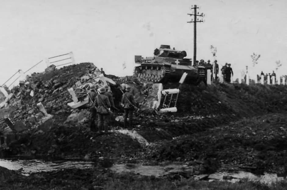 Egy Panzerkampfwagen IV Ausf. C egy felrobbantott hidat készül megkerülni