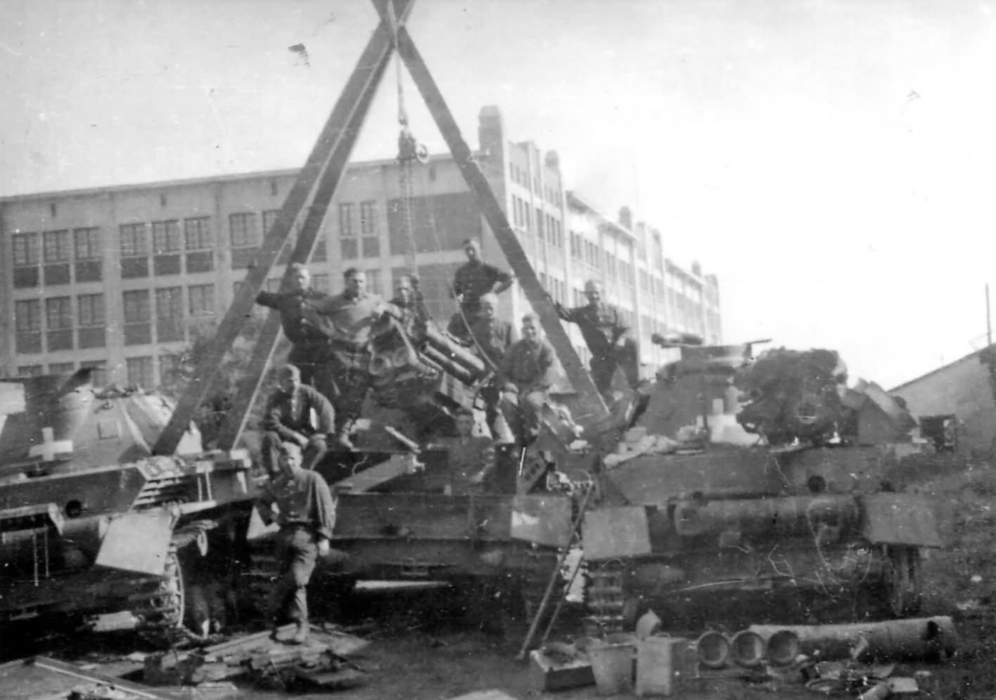 Egy Panzerkampfwagen IV Ausf. C és egy Ausf A. tart bakot egy harmadik Panzerkampfwagen IV motorszereléséhez