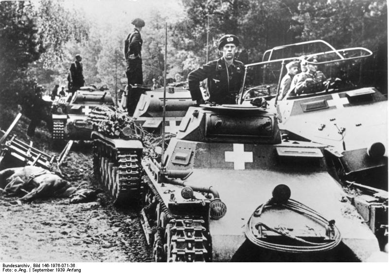 Panzerkampfwagen I (elöl) és Panzerkampfwagen II harckocsik (hátul), valamint egy Sd.Kfz. 251 féllánctalpas harcjármű