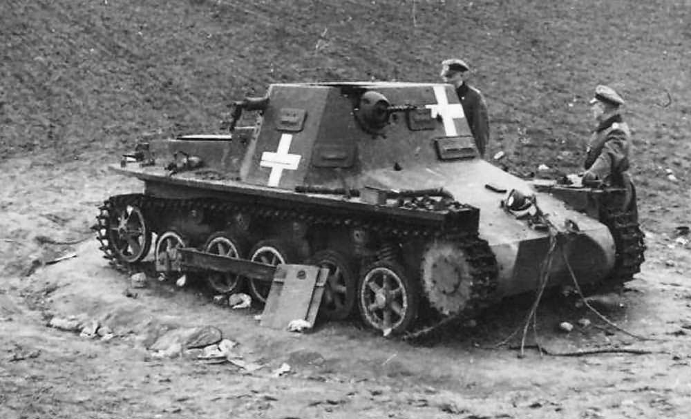 Kilőtt Kleine Panzerbefehlswagen I (Sd.Kfz.265) parancsnoki harckocsi. A német felségjelzés, a fehér hasábkereszt (Balkankreuz) kiváló célpontot jelent az ellenséges páncéltörőknek.