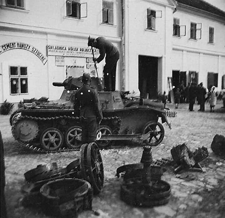 Sérült Panzerkampfwagen I Ausf.A harckocsi. Az előtérben egy Panzerkampfwagen IV futóművének alkatrészei.