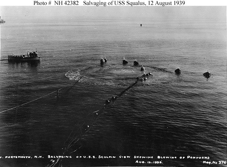 A USS Squalust a felszínre emelik a pontonok, de még a víz alatt tartják.