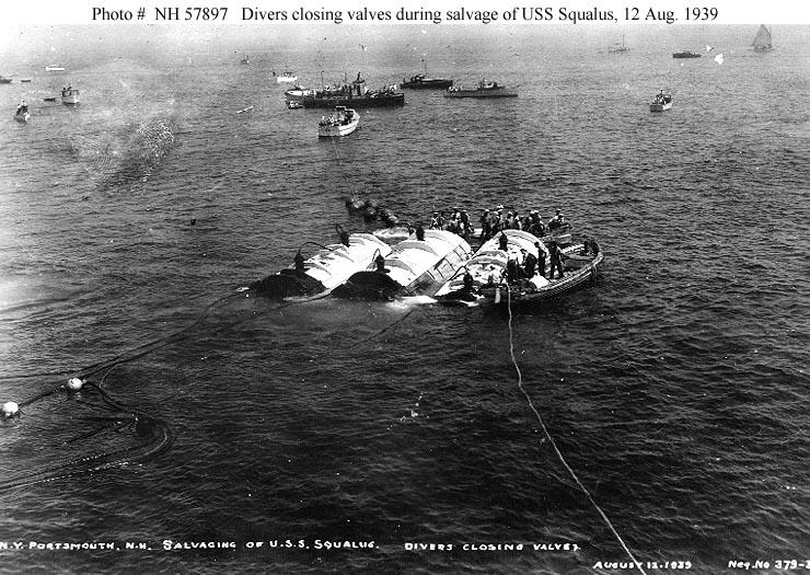 A pontonok már a felszínen, de a hajó még a víz alatt. Így vontatják sekélyebb vizekre.