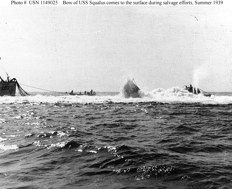 Az első, sikertelen kiemelési kísérlet során az elszabadult levegővel megtöltött pontonok kiemelik a USS Squalus orrát, majd a hajó visszasüllyed a tengerfenékre.