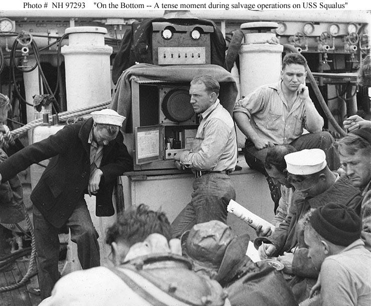 Feszült pillanatok a mentőhajón. A búvárokkal és a mentőkamrával telefonon keresztül tartják a kapcsolatot.