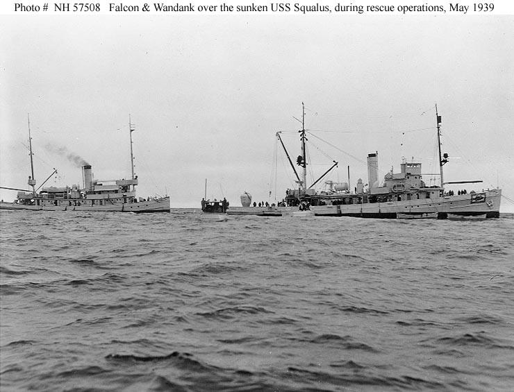 A USS Wandank és USS Falcon mentőhajók a USS Squalus felett. A USS Falcon (jobbra) tatján látható a mentéshez használt McCann-féle Mentőkamra.