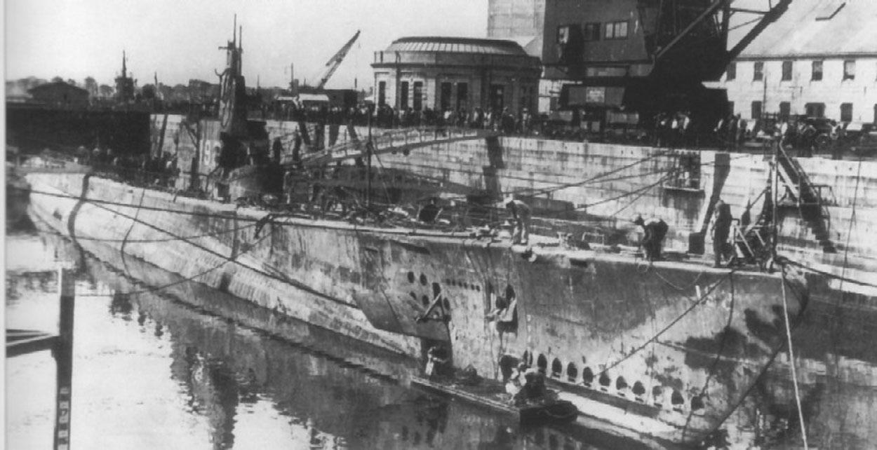 A USS Squalus a szárazdokkban, ahol kijavítják és felújítják.