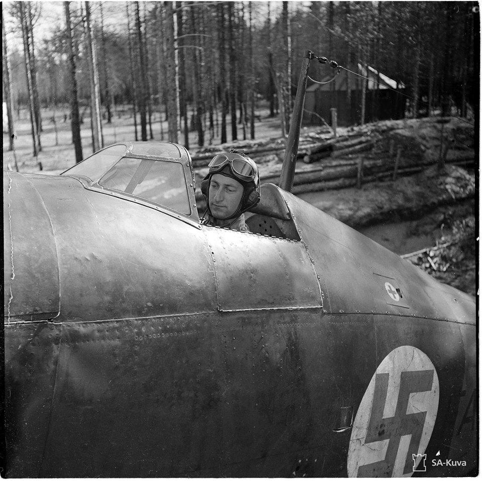 Olli Puhakka hadnagy Fiat G.50 vadászgépében, aki más típusokkal (Fokker D.XXI és Bf 109 G) is harcolva a második világháború végéig 42 légigyőzelmet ér el