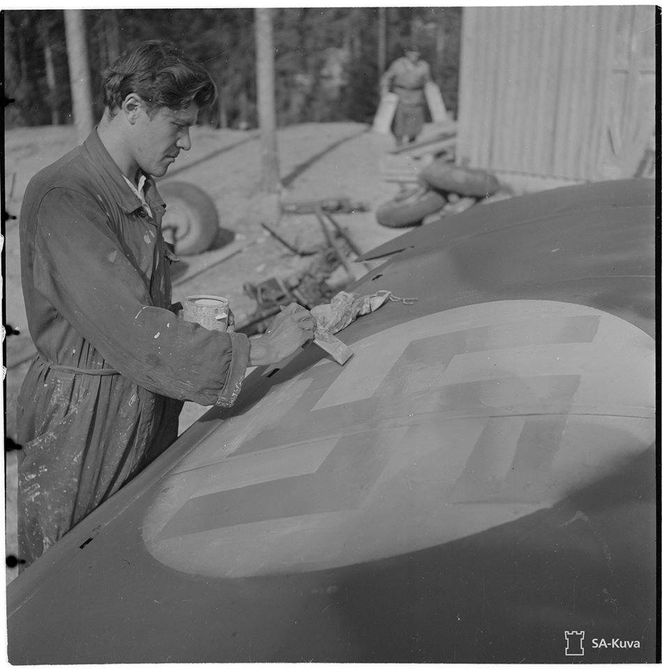 Finn Gloster Galdiator Mk. II vadászgépen a karbantartás során a finn felségjelzést is újrafestik 1944. nyarán