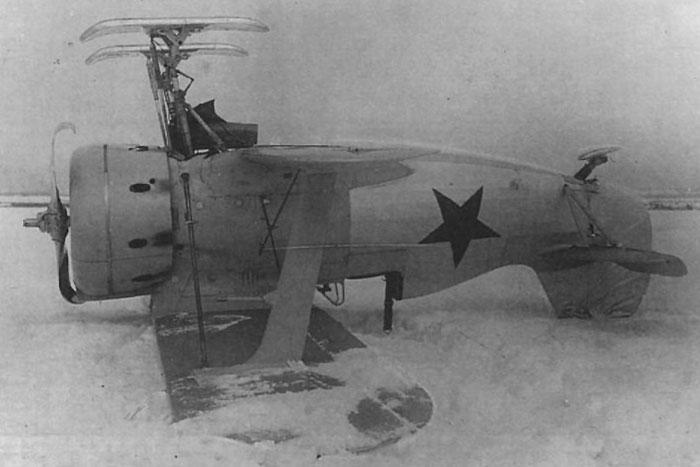 Szovjet Polikarpov I-153 vadászgép a téli háborúban egy sikertelen leszállás után.