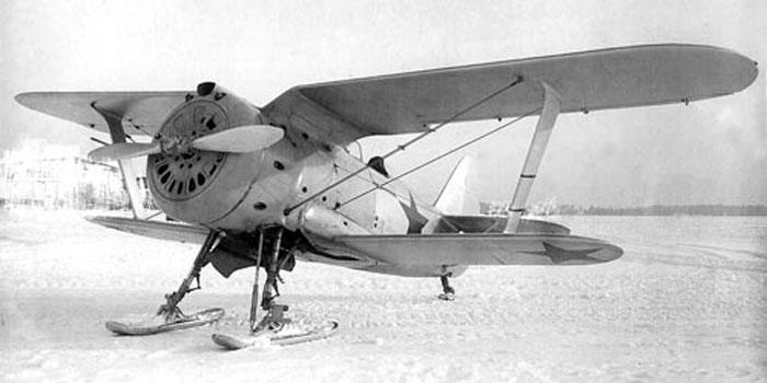 Szovjet Polikarpov I-153 vadászgép a téli háborúban.