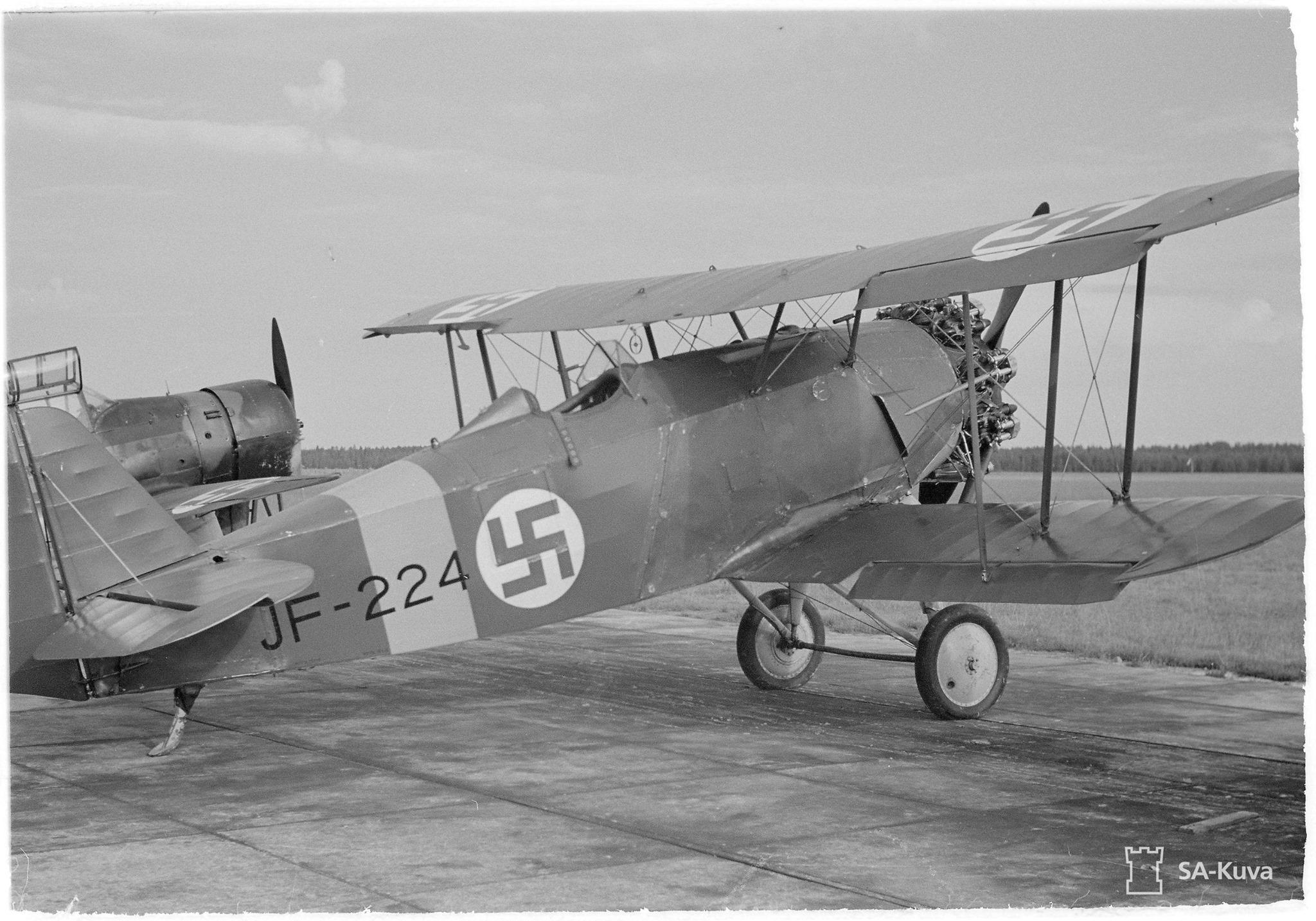 Svenska Aero SA-14 Jaktfalken vadászgép. Finnország 3 db-ot kap Svédországtól 1939. december 8-án. A már elavult vadászgépeket a finnek kiképzőgépként használják 1945-ig.