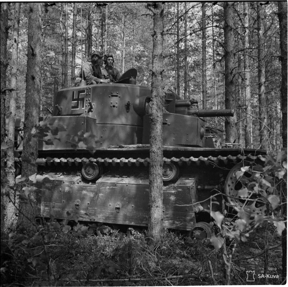 Finn T-28 harckocsi 1941. júliusában egész szárú, fehér árnyékú fekete horogkereszttel.