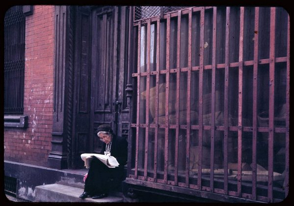 old-lady-reads-sunday-paper-lower-east-side-1942.jpg