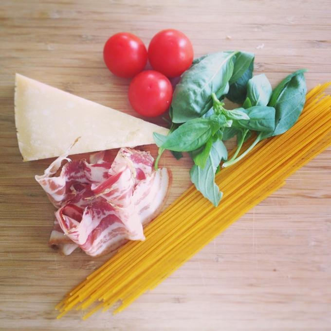 Az 5 hozzávaló: paradicsom, bazsalikom, parmezán, pancetta, spagetti.