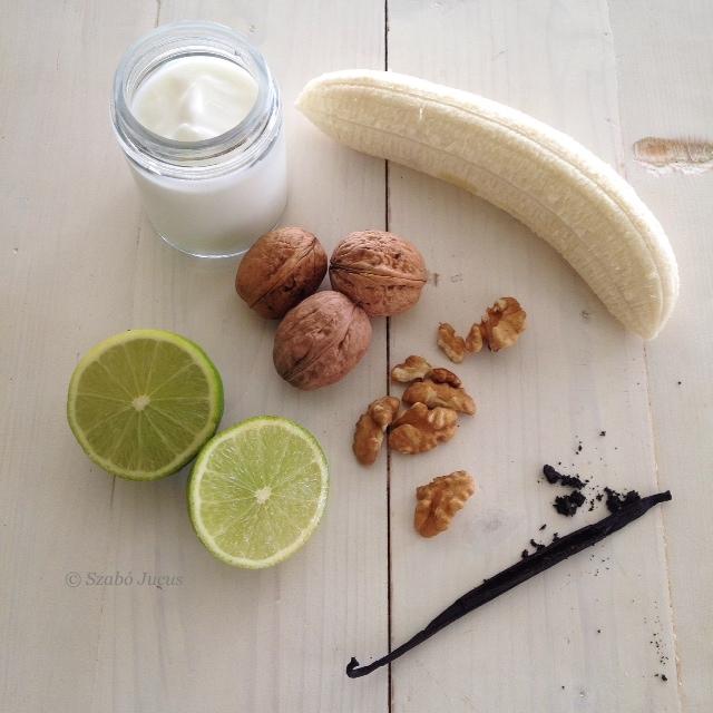 az 5 hozzávaló: joghurt, lime, banán, dió, vanília rúd