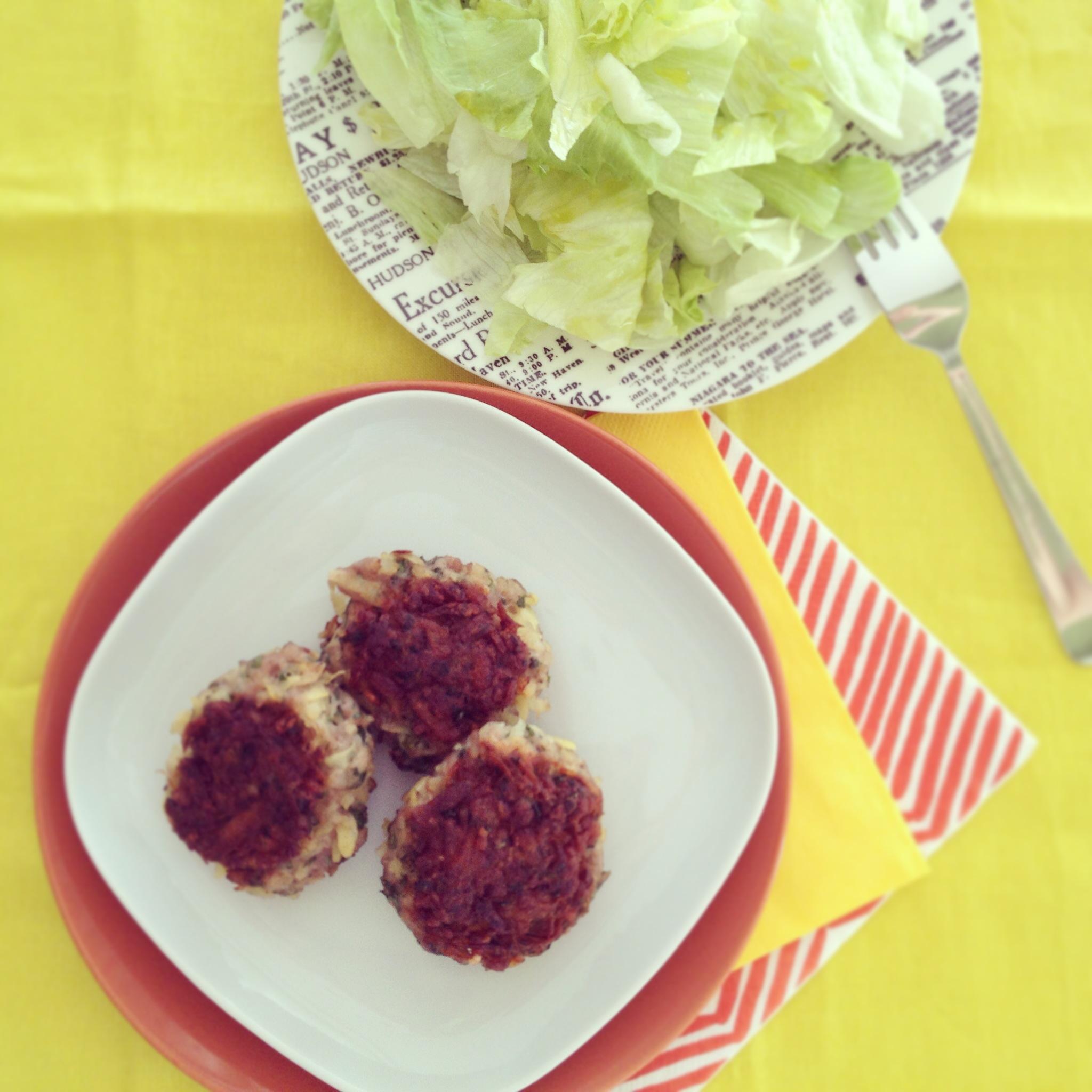 krumplis-petrezselymes burger salátával