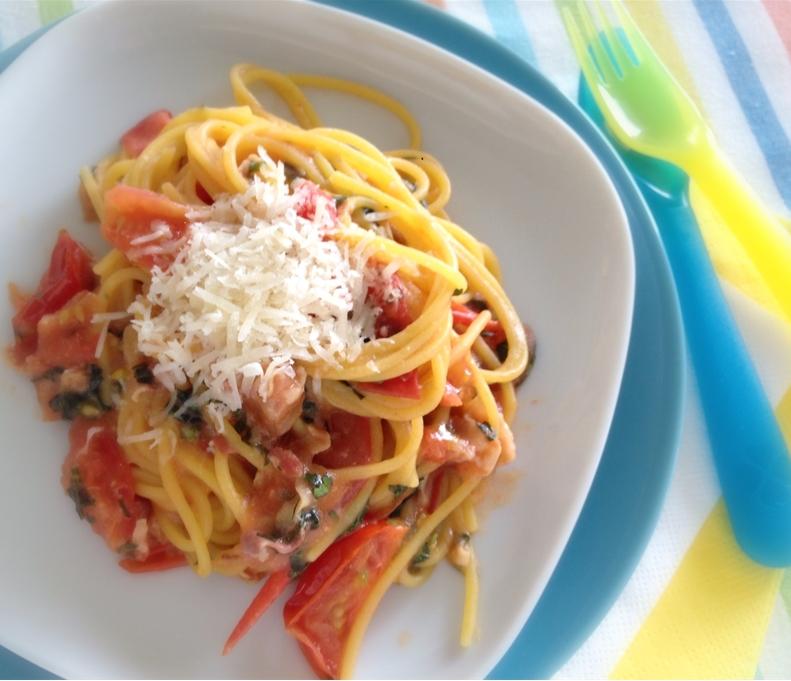 Paradicsomos, bazsalikomos, parmezános, pancettás spagetti