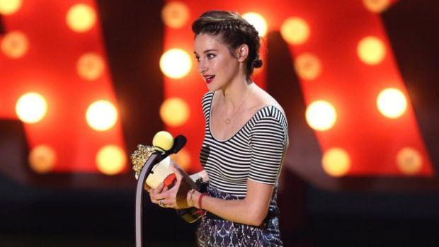 shailene_accepts_award.jpg