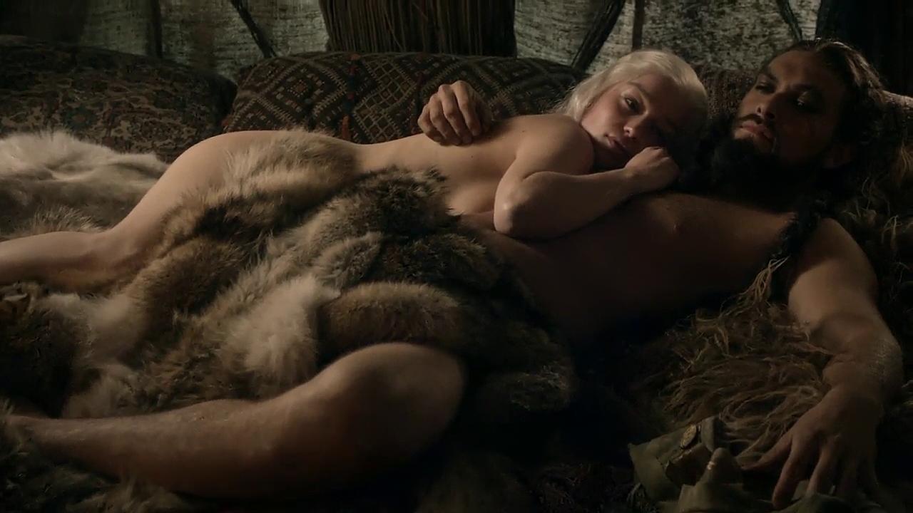 Game-of-thrones_S01E03_Emilia-Clarke_2.png