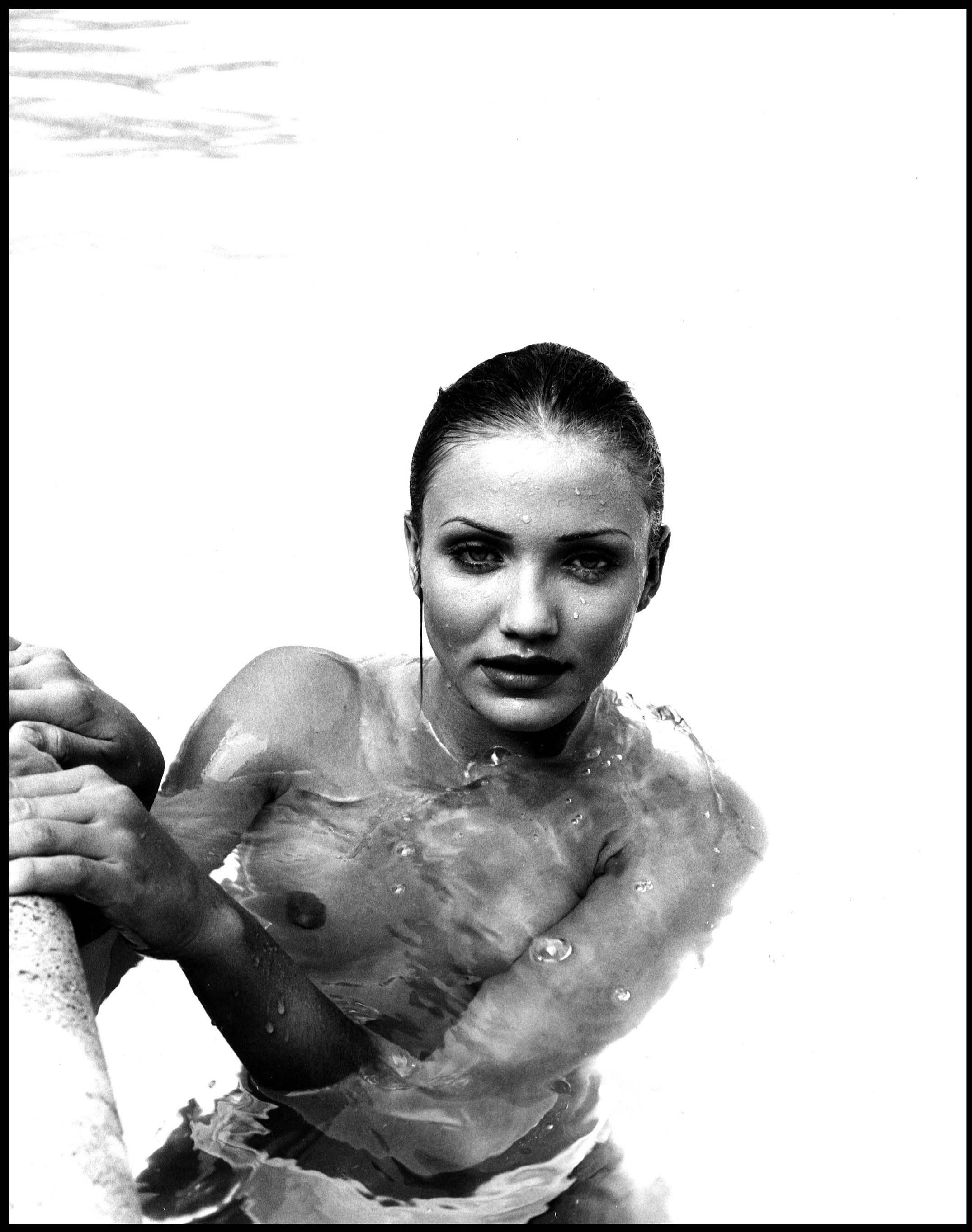 55400_Cameron_Diaz_-_Topless_photoshoot_in_a_swimming_pool0007_123_539lo.jpg