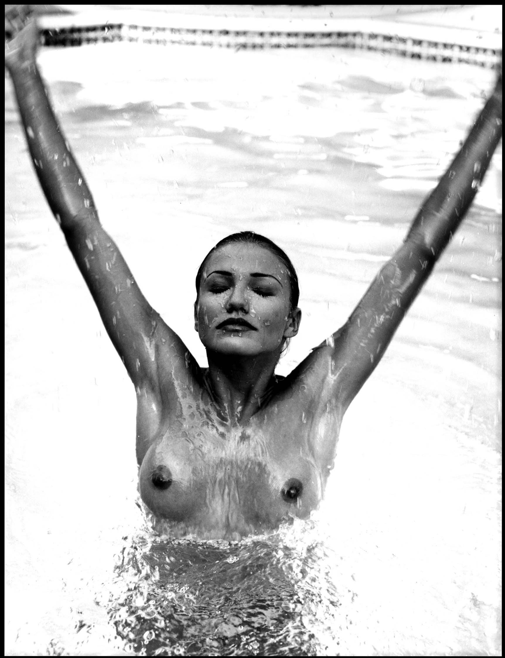 55403_Cameron_Diaz_-_Topless_photoshoot_in_a_swimming_pool0005_123_1169lo.jpg