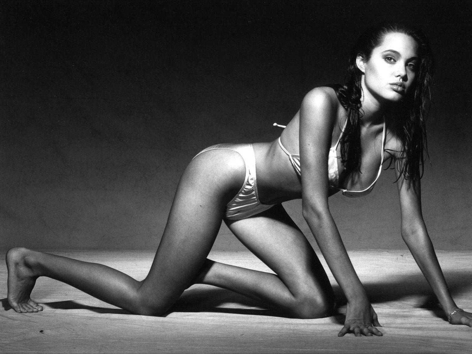 angelina-jolie-bikini.jpg