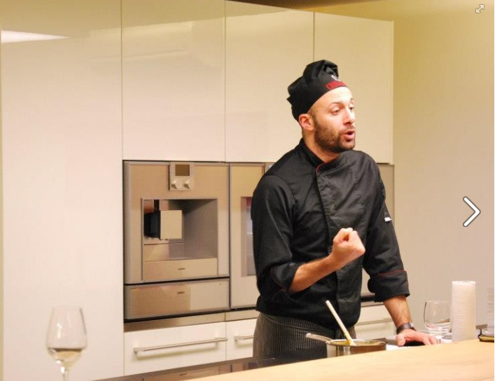 A fekete sapkás chef....