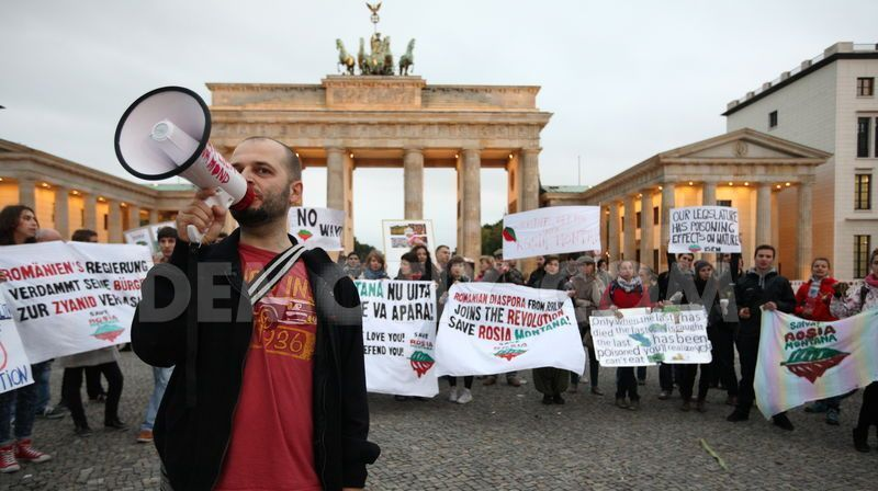 saveally-at-romanian-embassy-in-berlin-to-save-rosia-montana_2763507.jpg
