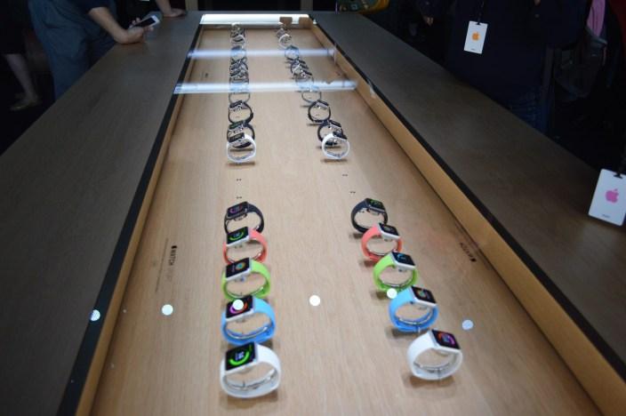 A jövőben állítólag kizárólag az órának szentelt, egyedi mini Apple Store-ok nyílnának, hogy felpörgessék a keresletet a termék iránt. A mini üzletek egyébként a nagy retaileken belül helyeznék el, de nem tudni, hogy mikor kerülnek kiépítésre. Nem előzmény nélküli a dolog, az Apple az egyesült államokbeli Best Buyokban árulja hasonló módon a Mac-eket.