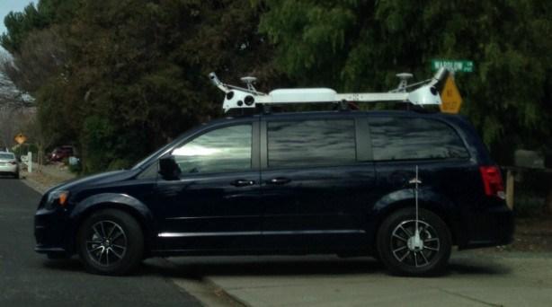 Egy titokzatos fekete autó kószál Kaliforniában, amit az Apple-lízingel. Kamerák is vannak a tetején, meg minden. <a href='http://appleblog.blog.hu/2015/02/04/titokzatos_apple_auto_cirkal_kaliforniaban' target='_blank'>Itt megy a találgatás</a> arról, hogy ez mi a szar lehet.