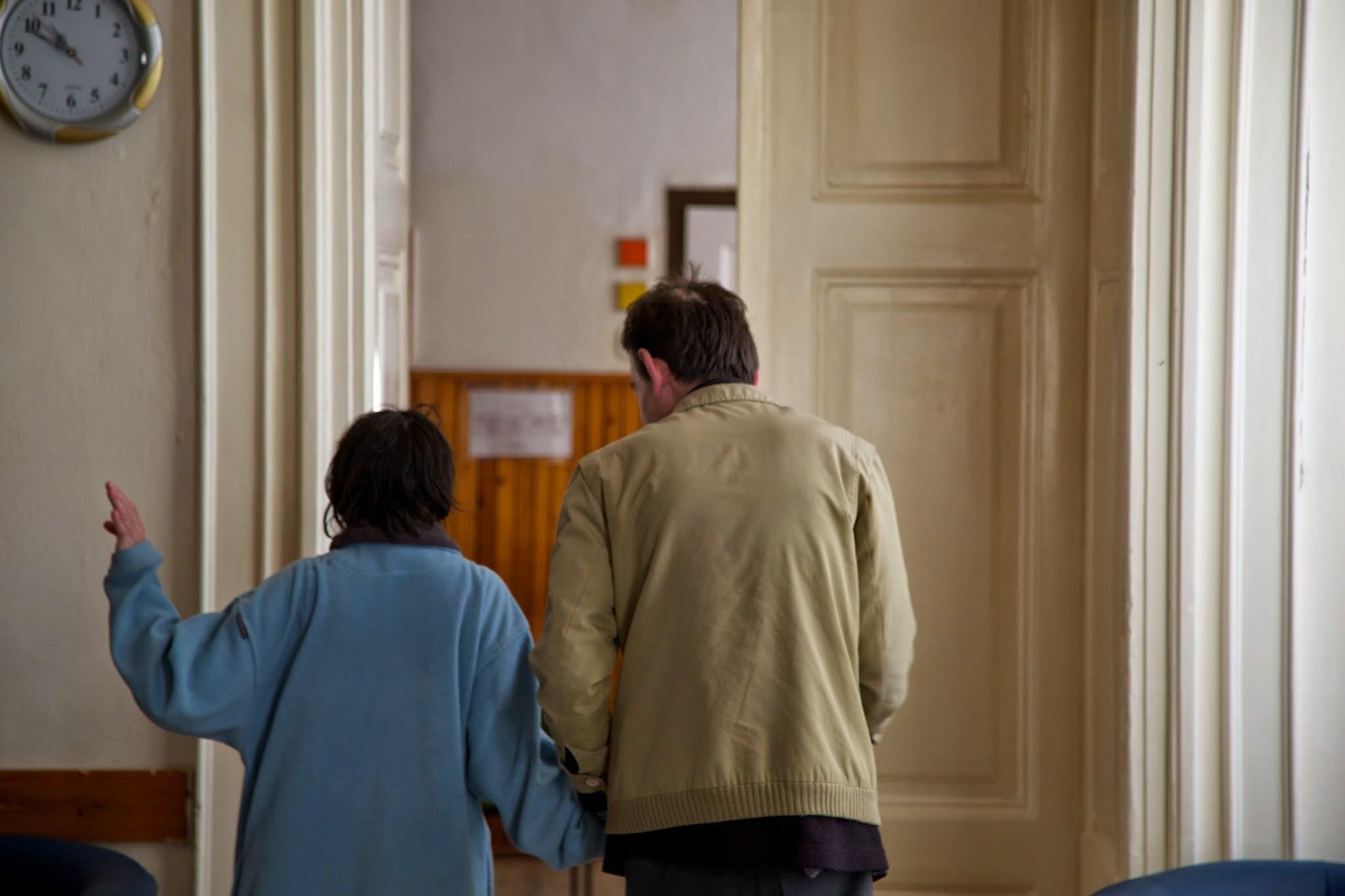 Lakók a símasági intézet folyosóján.jpg